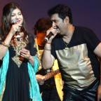 Singers Kumar Sanu, Alka Yagnik, Evoke Nostalgia with 90s Superhit Songs at Packed Warner Theatre